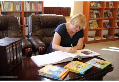Barbara Gawryluk w bibliotece